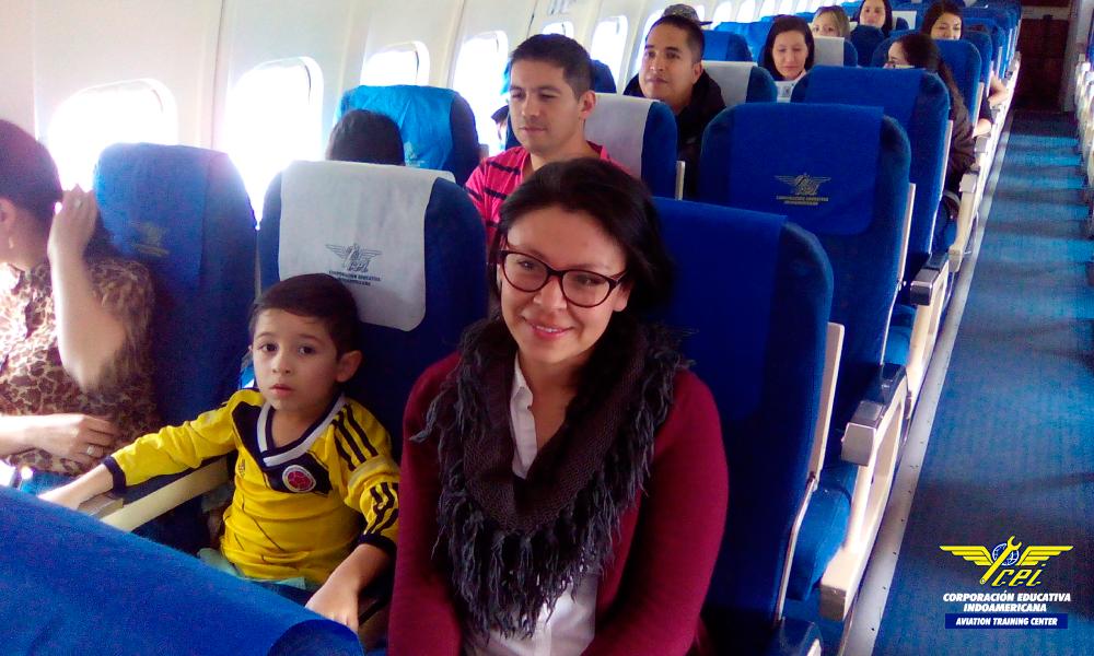 Una decena de niños entre los 6 y 12 años abordan por primera vez un avión