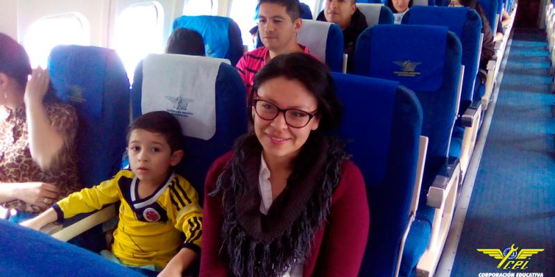 Una-decena-de-niños-entre-los-6-y-12-años-abordan-por-primera-vez-un-avión